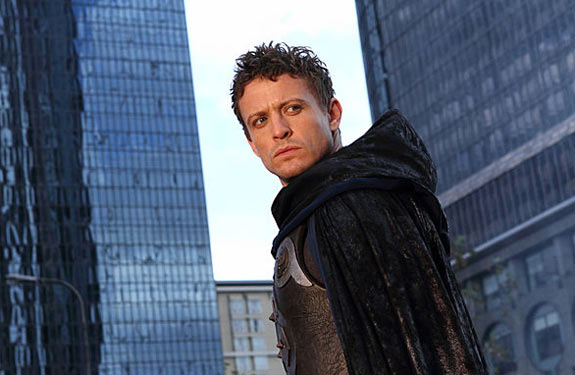 David Lyons em cena de The Cape